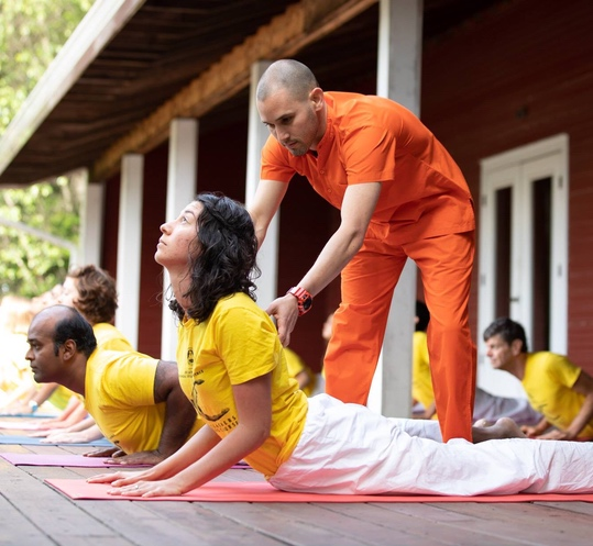 "<div style=""line-height: 1.3; color: #FF9031; font-family: catamaran;"">Advanced Asana Class</br>with Swami Paramananda</div>"